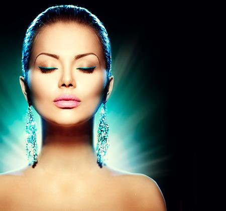 modelo hermosa: Modelo de glamour moda mujer sobre fondo negro