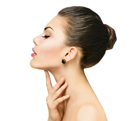 perfil de mujer rostro: Retrato de la belleza. Hermosa mujer de spa tocar su cara Foto de archivo
