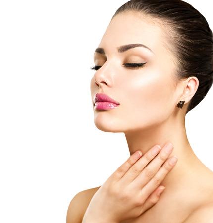 productos naturales: Retrato de la belleza. Hermosa mujer de spa tocar su cara Foto de archivo