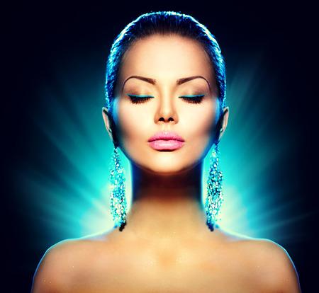 maquillage: modèle de glamour de la mode femme sur fond noir Banque d'images