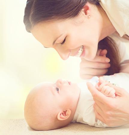 recien nacido: Madre y su bebé recién nacido. Concepto de maternidad