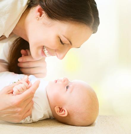 嬰兒: 母親和她的小寶寶。生育觀念 版權商用圖片