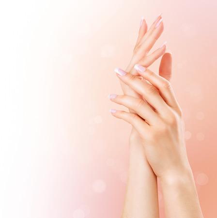 Spa manicure e mãos. Mãos bonitas da mulher do close up