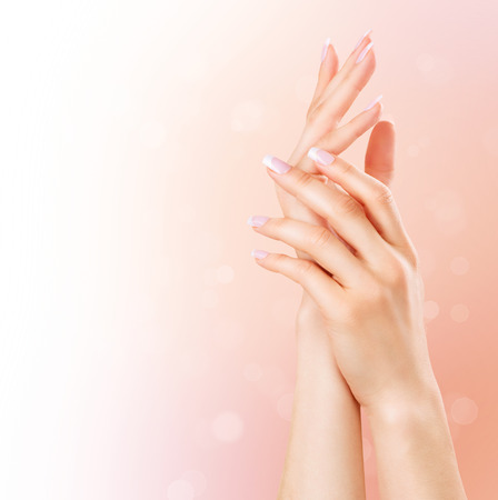 manos limpias: Spa Manicure y las manos. Hermosa mujer da el primer