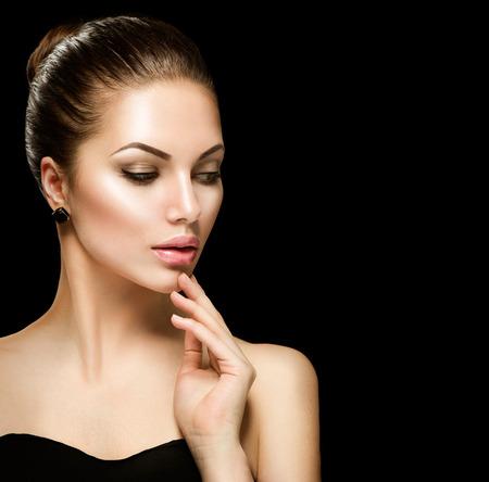 modelo desnuda: Cara de la mujer de belleza closeup aislados en negro
