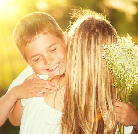 엄마와 야외 꽃의 꽃다발 그녀의 작은 아들
