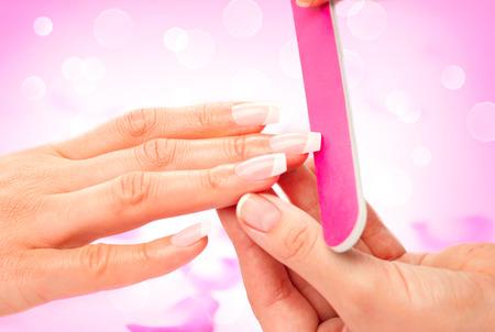 Manicure en handen spa. Vrouw in een beauty nagelsalon Stockfoto