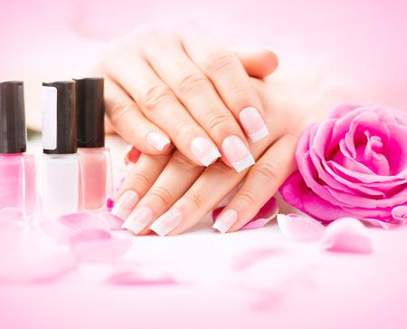 unas largas: Spa Manicure y las manos. Hermosa mujer da el primer