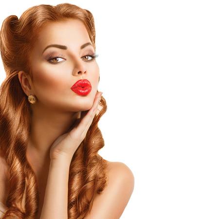 губы: Ретро женщина с рыжими волосами. Красота портрет, изолированных на белом