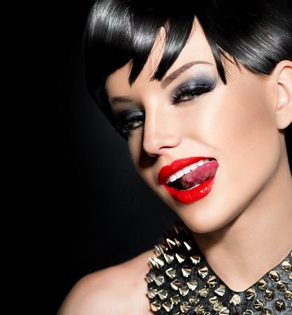 labios sexy: Punky atractiva chica modelo de moda. Morena estilo Rocker