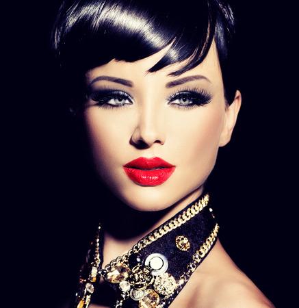 modelo hermosa: Muchacha de la belleza del modelo de manera con el pelo corto. Morena estilo Rocker