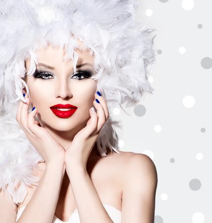 白い羽の髪のスタイルを持つ美少女ファッション モデル