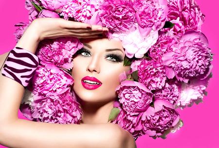 thời trang: Người mẫu thời trang vẻ đẹp cô gái với màu hồng hoa mẫu đơn kiểu tóc