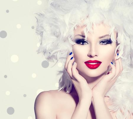moda: Chica modelo de manera de la belleza con plumas blancas peinado