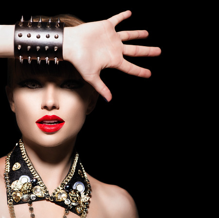 rocker girl: Belleza modelo muchacha punk. Estilo rockero Moda retrato Foto de archivo