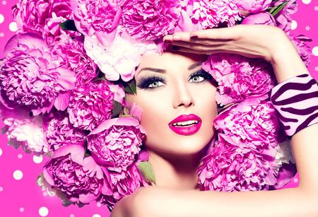maquillaje de ojos: Chica modelo de manera de la belleza con el peinado de color rosa peonía Foto de archivo