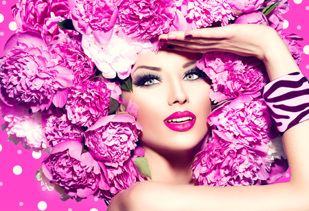 Schönheit Mode Modell Mädchen mit rosa Pfingstrose Frisur Standard-Bild