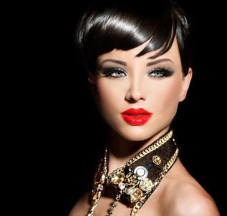 짧은 머리와 뷰티 패션 모델 소녀. 로커 스타일의 갈색 머리 스톡 콘텐츠