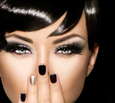 black hair: Retrato de la manera del arte de la muchacha hermosa. Mujer del estilo de Vogue
