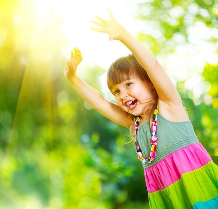 rozradostněný: Šťastné holčička baví venku