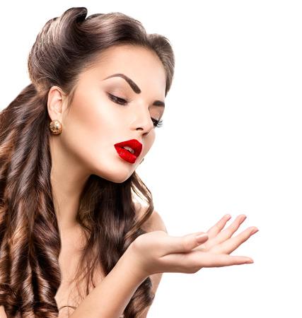 mooie vrouwen: Retro vrouw portret. Schoonheid meisje met lege kopie ruimte Stockfoto
