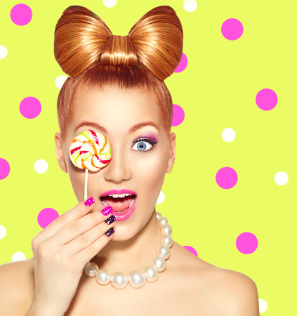 barvy: Krása modelka dívka jíst barevné lízátko