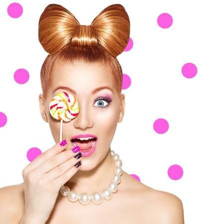 мода: Красота фотомодель девочка ест красочный леденец