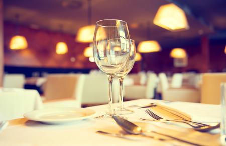 empty glass: Servido mesa de la cena en un restaurante. Interior del restaurante