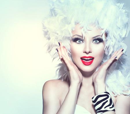흰색 깃털 가발 휴일에 깜짝 된 여자 메이크업 스톡 콘텐츠