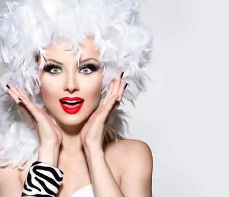 Engraçado mulher surpreendida em branco peruca da pena