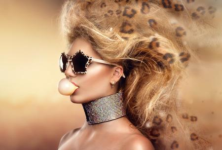 portrét: Vysoce módní modelka dívka portrét nosí sluneční brýle