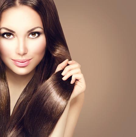 cabello: Chica modelo de la belleza con el pelo castaño sano Foto de archivo