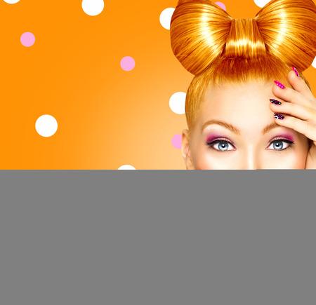 riendo: Modelo muchacha feliz Sorprendido con el peinado divertido arco