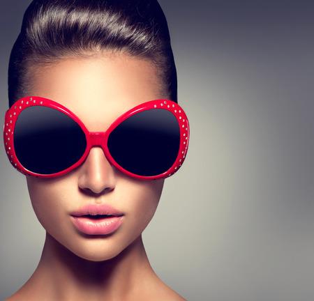 mode: Fashion model brunette meisje draagt modieuze zonnebril