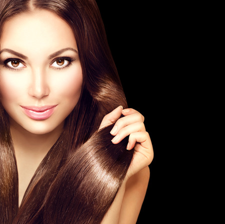 cabello negro: Chica modelo de la belleza con el pelo castaño sano Foto de archivo