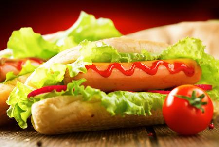 perro caliente: Pancho. Perros calientes a la parrilla con mostaza y salsa de tomate
