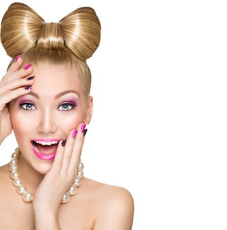 lachendes gesicht: Schönheit überrascht Modell Mädchen mit lustigen Bogenfrisur