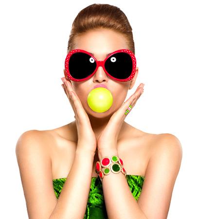 gencives: Beauté modèle drôle fille portant des lunettes de soleil