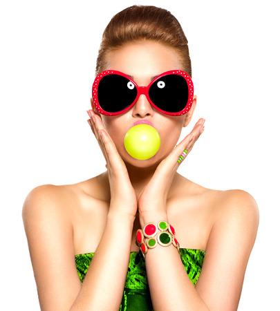 goma de mascar: Muchacha de la belleza modelo divertido con gafas de sol Foto de archivo