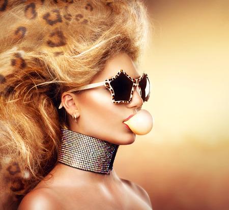 時尚: 高級時裝模型女孩的肖像戴墨鏡