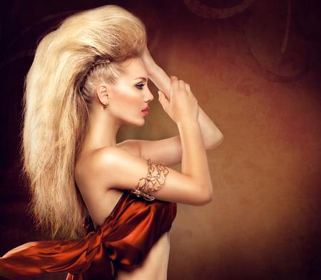 cabello: Alta chica modelo de moda con el peinado mohawk