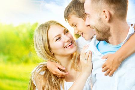 행복 즐거운 젊은 가족 재미 야외 스톡 콘텐츠
