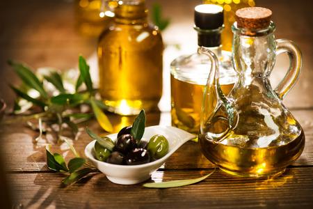 foglie ulivo: Olio d'oliva. Bottiglia di olio extra vergine di oliva Archivio Fotografico