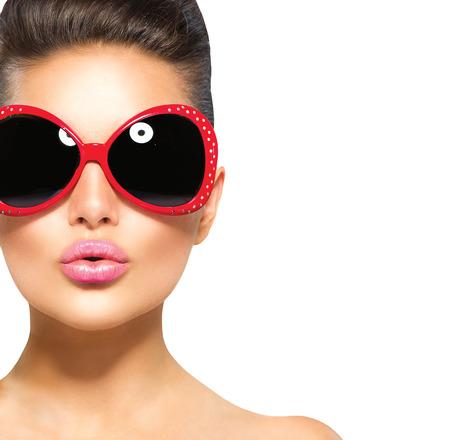 maquillaje de ojos: Belleza moda muchacha sorprendida modelo con gafas de sol Foto de archivo