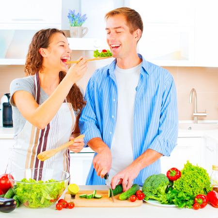 pareja saludable: Feliz pareja cocinar juntos en su cocina