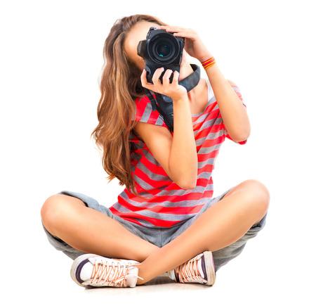Beauty tienermeisje fotograaf zitten over witte achtergrond Stockfoto