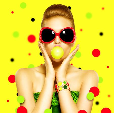 belle brune: Beaut� Mode surpris mod�le dr�le fille portant des lunettes de soleil Banque d'images