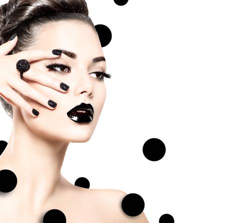 lapiz labial: Chica modelo de la belleza con el maquillaje negro y lushes largas Foto de archivo