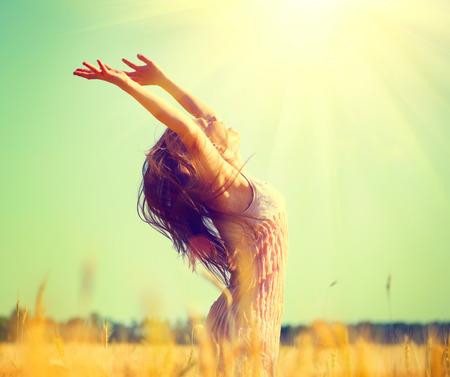 sen: Krása dívka venku se těší příroda na pšeničném poli