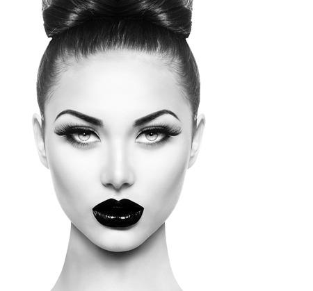 moda: Modello di alto modo ragazza di bellezza con il nero compongono e lunghe lushes